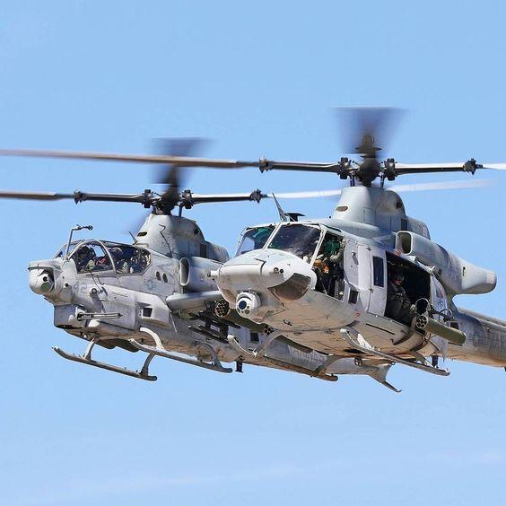 2機並ぶヘリコプター