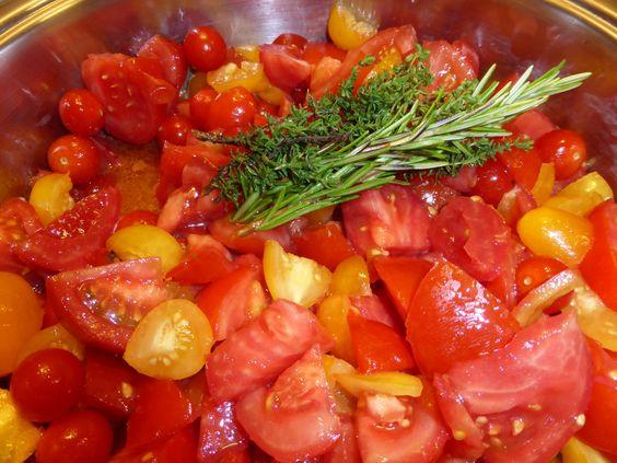 Ich habe mal eine englische Gartensendung gesehen, da fuhr der Moderator und Biogärtner allen Ernstes mit der Schubkarre zur Tomatenernte in seinen Garten und, diese gefüllt, dann direkt in die Küche. Und da wurde es verarbeitet, zu gefühlten Tonnen von Tomatensoße, die außerhalb der Tomatensaison leckere Mahlzeiten ergeben. So viel erntet nun nicht jeder, aber mit Tomaten ist es doch immer gl ...