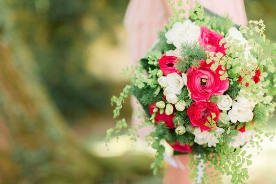 red, white and green bouquet http://weddingwonderland.it/2015/05/matrimonio-anni-30.html