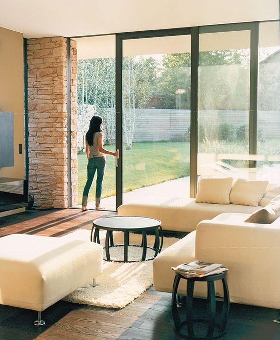 hofhaus mit asiatischem flair: glasschiebetür zur terrasse | türen