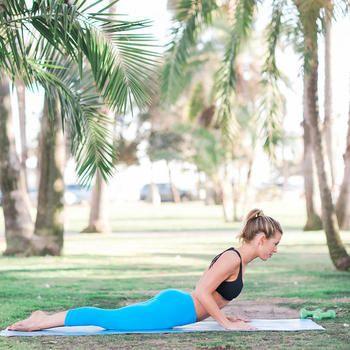 スワンのポーズは、全身を引き締めて余分な脂肪を落とす効果が期待できます。顔のリフトアップ、首のシワを取る効果も期待できますよ。  1. マットにうつ伏せになる。 2. 手のひらを床につけて、肩の近くに置いて、ひじは締める。 3. 息を吸いながら床を押して、頭、肩、胸の順に持ち上げて上体を反らす。 4. 5カウントキープ。 5. 息を吐きながら少し上体を下げて、同時に両足を床から離す。 6. 5カウントキープ。 7. ゆっくりと元に戻ります。これを3回繰り返しましょう。