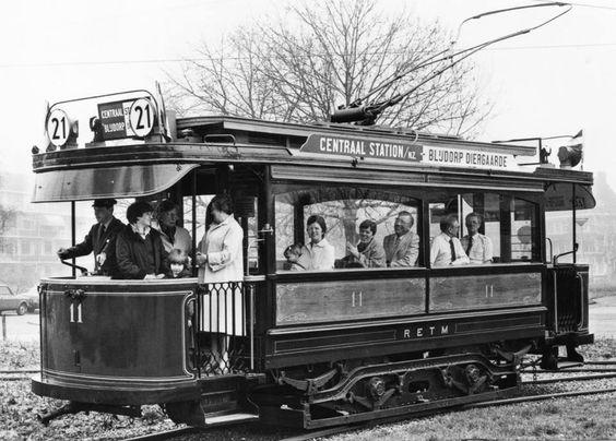 Een tram uit de jaren20 gezien voor de ingang diergaarde en op de achtergrond de huizen van de Bentincklaan