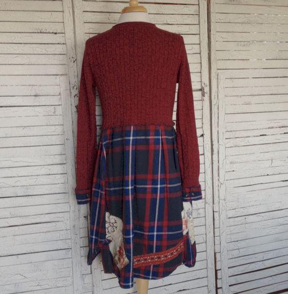 Bequeme Passform in Upcycled Pullover Tunika in Ziegel rot, blau, weiß und schwarz. Das Oberteil ist aus einem Kabel ziegelrot Baumwolle Pullover mit rundem Ausschnitt. Der Saum ist von einem roten, weißen, blauen und schwarzen Flanellhemd, Falten an der Taille. Ich habe die Ärmelaufschläge Flanell, um die Ärmel ein bisschen zu verlängern. Die Taschen sind aus einem schönen roten, blauen und cremefarbenen Wollpullover - ja, Wolle, und es ist leicht gefilzt schon... aber ich konnte nicht…