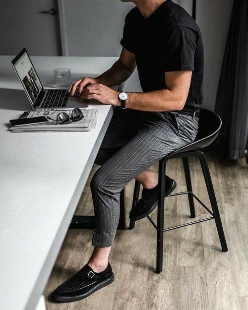 Hombre bien vestido, sentado en su casa, trabajando frente a la laptop