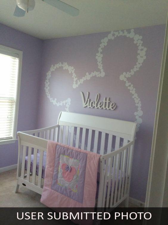 Gelbe Tapeten im kleinen Babyzimmer in fröhlichen Farben