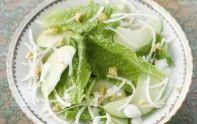 Pour une entrée légère et facile à faire, nous vous proposons cette recette de salade Waldorf. Une façon saine et équilibrée de débuter le repas.