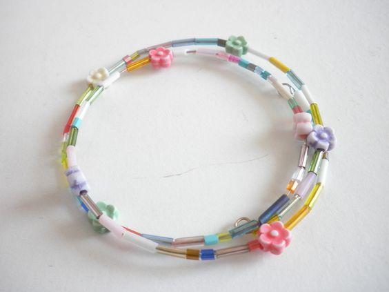 niedlicher kleiner Armreifen aus Memorydraht mit bunten Perlen und Blümchen