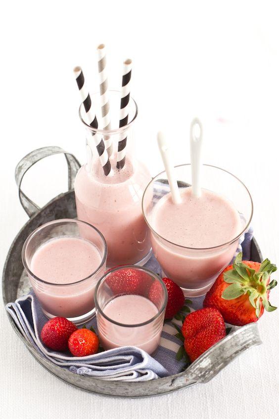 Strawberry and banana smoothie 250 grams of strawberries 1 banana 250 ml of milk 150 ml of yogurt 1 tablespoon honey