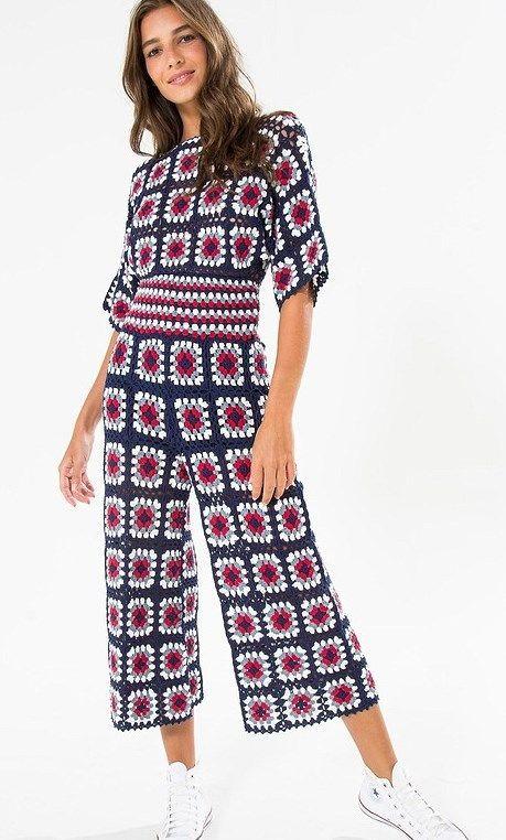 Macacão pantacourt de crochê da marca Farm. Feito de squares coloridos. #croche #macacao #macacaodecroche #farm #farmete