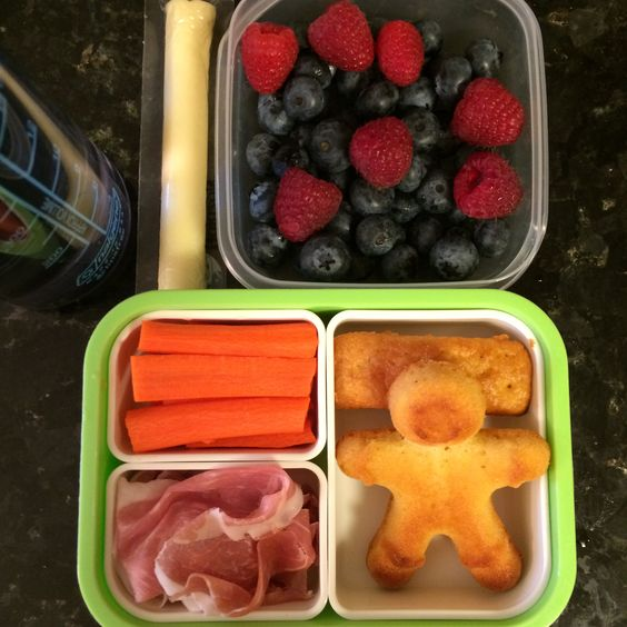 #Teuko lunchbox: carrot sticks, cornbreads, prosciutto, cheese stick, blueberries and raspberries, water. By Jessica, www.teuko.com