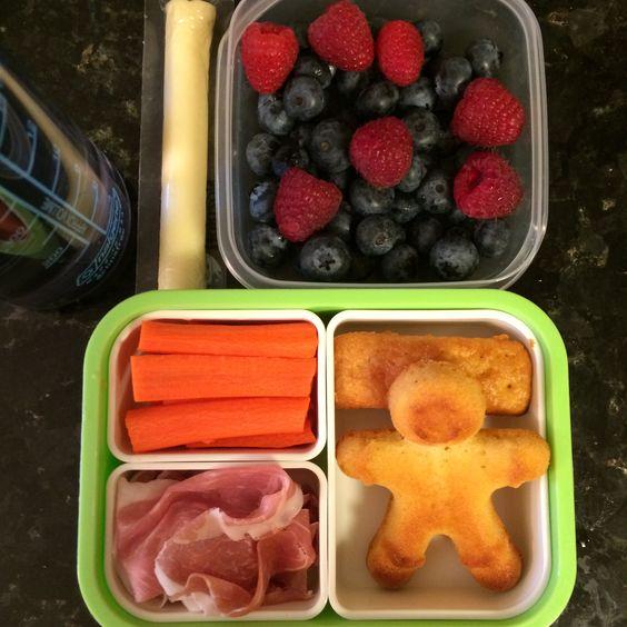 #Teuko lunchbox: carrot sticks, cornbreads, prosciutto, cheese stick, blueberries and raspberries, water. By Jessica, www.teuko.com