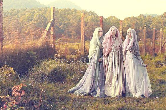 Kecantikan Wanita Muslimah Kenakan Gaun Pengantin Modern