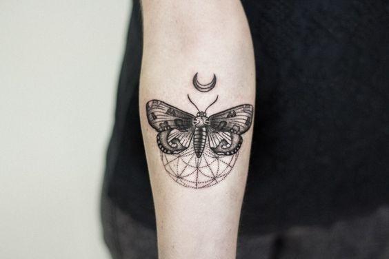 Schmetterling auf einer Kugel sitzend und Halbmond