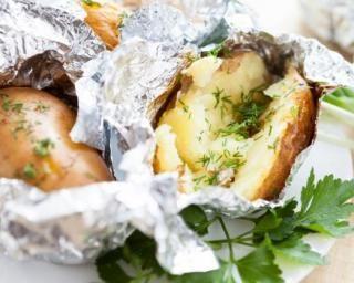 Pommes de terre au barbecue en papillote : http://www.fourchette-et-bikini.fr/recettes/recettes-minceur/ananas-roti-au-miel-au-barbecue.html