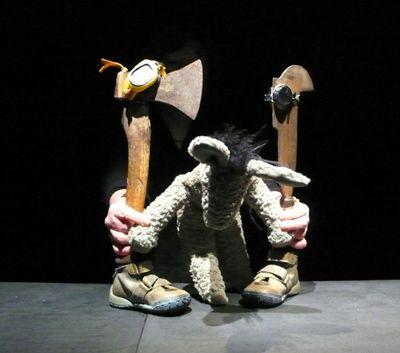 Zo Slim Als Een Ezel. Smart as a donkey. Rusé comme un âne. Klug wie ein Esel. Onbevangen op zoek naar de gebruiksaanwijzing van het leven. Visual youth theatre for 6 years up. Photographer: Femke Teussink. Courtesy: TAMTAM objektentheater, Olst (Nederland)