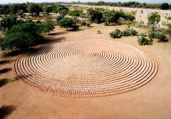 Richard Long, Sunset circles. Land art, 2006, adobe bricks, Agadez Niger.