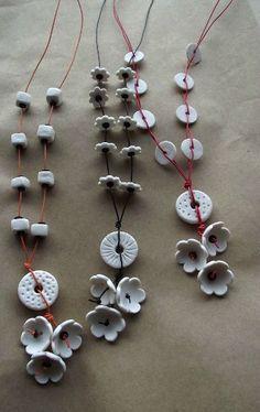 sautoirs porcelaine & fil de téléphone - Dommage que vous ne puissiez pas entendre le doux bruit des fleurs qu s'entrechoquent . by