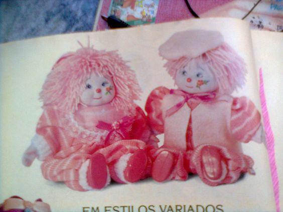 Cor de rosa da cabeça aos pés o casalzinho tem cabelo de lã