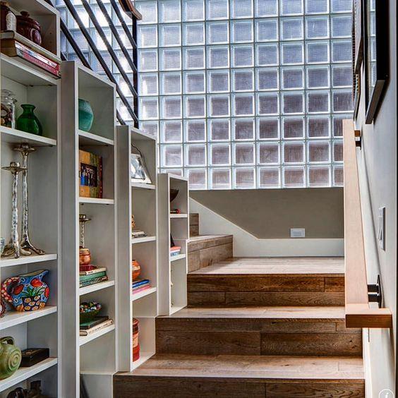 Idéia fantástica para a escada: nichos com livros e obras de arte. Para isso, é necessário um bom vão, de maneira que o espaço destinado à circulação fique confortável.