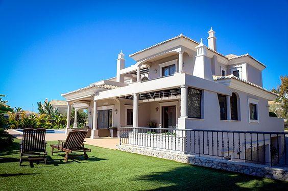 Se o Algarve é já um dos melhores destinos a ter em conta quando a ideia é passar férias ou viver em Portugal, a Quinta do Lago é daqueles locais que realmente nos apaixona.