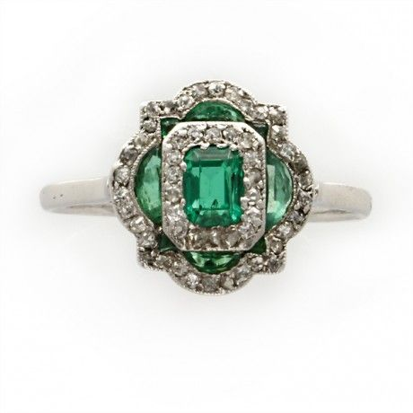 Un Art Deco calibré esmeralda y el anillo de diamantes tablet, alrededor de 1920.