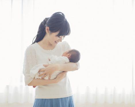赤ちゃんを抱っこする高島彩