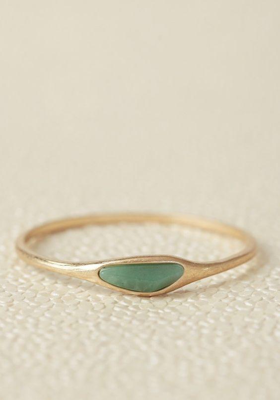 A milky jade green stone ornaments this gold-toned bangle for a simple, luxurious look. Schmuck im Wert von mindestens   g e s c h e n k t  !! Silandu.de besuchen und Gutscheincode eingeben: HTTKQJNQ-2016
