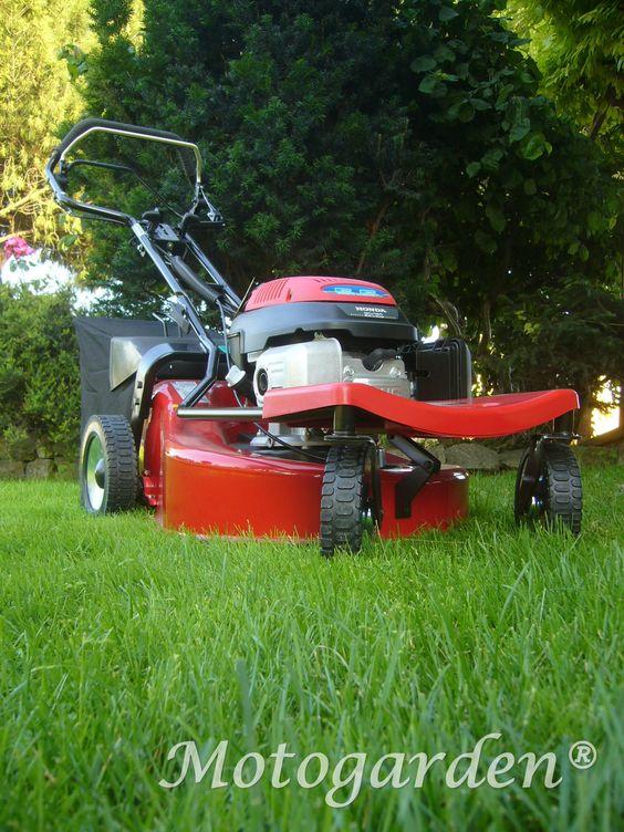 Rasaerba Futura 53cm pivotante. Il rasaerba con ruote anteriori sterzanti, novità assoluta che aiuta nel taglio tra alberi ed aiuole.  http://www.motogarden.net/rasaerba/spartan/rasaerba-futura-53cm-pivotante
