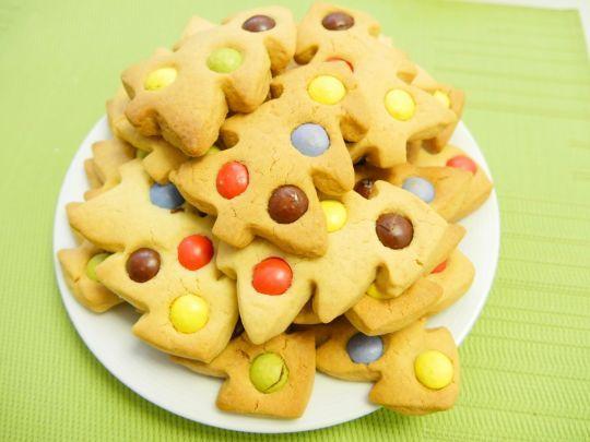 Ciasteczka w kształcie choinek są maślane, kruche i bardzo smaczne. Wypróbuj nasz przepis - zasmakują całej rodzinie!