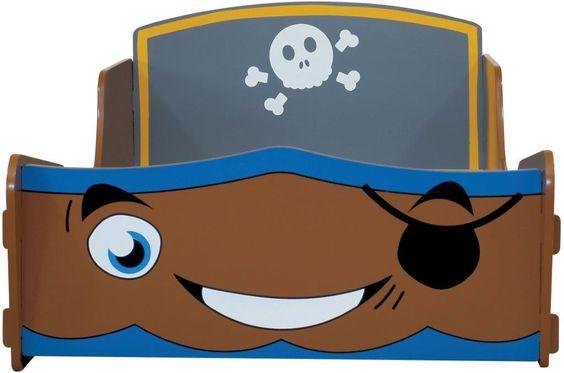 MiPetiteLife.es - Cama Infantil Pirata Kidsaw. Nuestra cama infantil Pirata tiene la apariencia de un barco pirata y, sin duda, sus hijos se imaginaran surcando los mares. A su pequeño capitán le encantara la cara amable y sonriente del frontal. Diseñada de forma que no es necesario ningún pegamento, tornillo o fijaciones mecánicas. Simplemente se ensambla con ranuras como un rompecabezas. Dimensiones: H53 x W78 x D147 cms. Medidas colchón (no incluido): W70 x D140 cms. www.MiPetiteLife.es