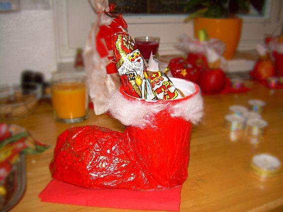 Diese tollen Nikolausstiefeln haben wir mal gebastelt,   und das möchte ich Euch gerne zeigen.   An einen 500g Joghurtbecher klebt man eine...