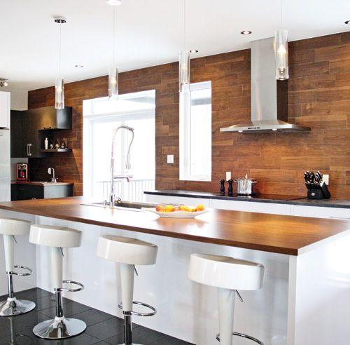 Witte keuken met houten werkblad op het keuken eiland en een ...