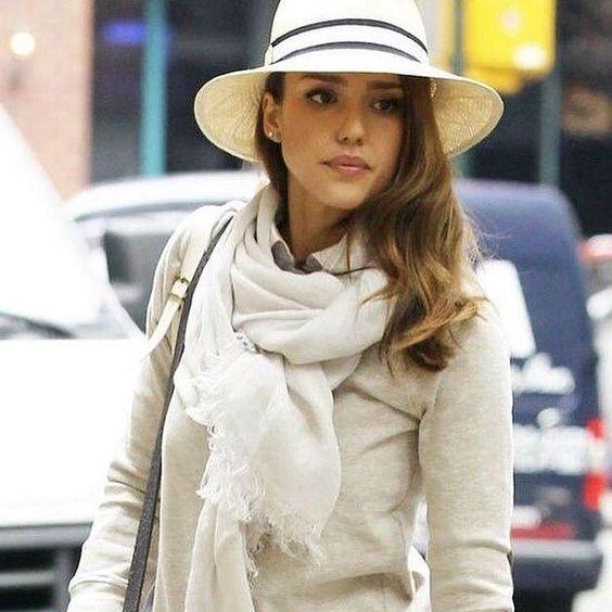 Me quito el sombrero por la bufanda y sombrero! ❤️ #lookdeldia #jessicaalba #bufanda #sombrero #celebrity #celebritystyle #neutros #elegant