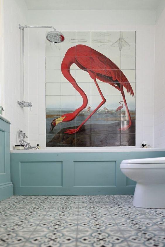 peinture carrelage salle de bain - dessin d'un flamant très original en contraste avec les accents turquoise: