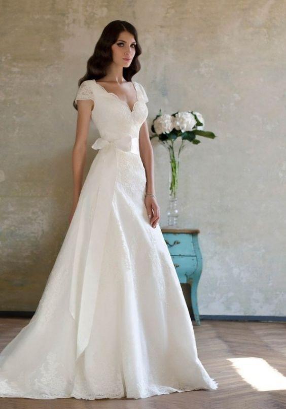 wunderschöne Spitzendetails-Brautkleid mit tiefem V-Ausschnitt und Vintage-Look