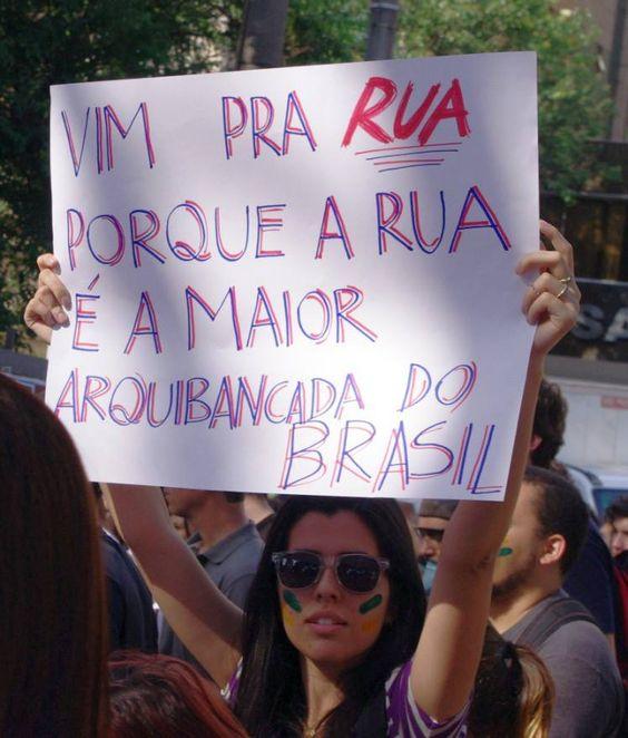 Essa é a polícia que queremos! A Comandante do Policiamento de Belo Horizonte, Coronel Cláudia Romualdo, CONTRARIOU liminar que proibia manifestações de fechar as ruas durante a Copa das Confederações, e, hoje, sob sua orientação, POLICIAIS FECHARAM RUAS E ABRIRAM CAMINHO PARA OS OITO MIL MANIFESTANTES PRESENTES. O que resultou, naturalmente, num protesto pacífico, com total ausência de confrontos. Meus sinceros parabéns.: