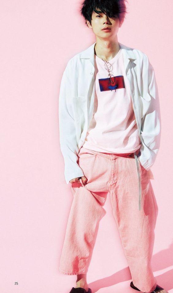 ピンクがおしゃれでかっこいい菅田将暉の最新画像