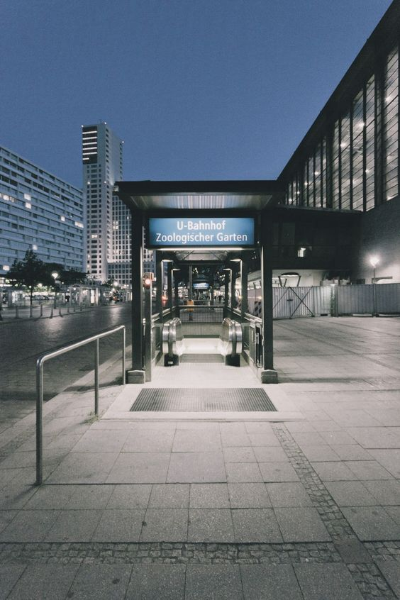 Great Am Bahnhof Zoologischer Garten Hardenbergplatz BERLIN MON AMOUR Pinterest Zoo station