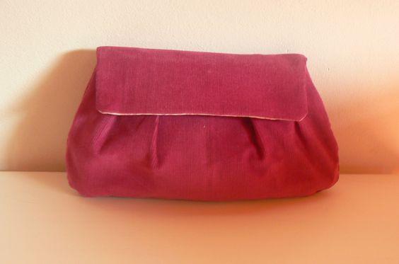 Un tuto de base pour réaliser vos pochettes de soirée petit sac, à main ou à bandoulière et à modifier comme vous le voulez. N'oubliez pas d'entoiler vos tissus fin et fragile, ou les pas facile à ...