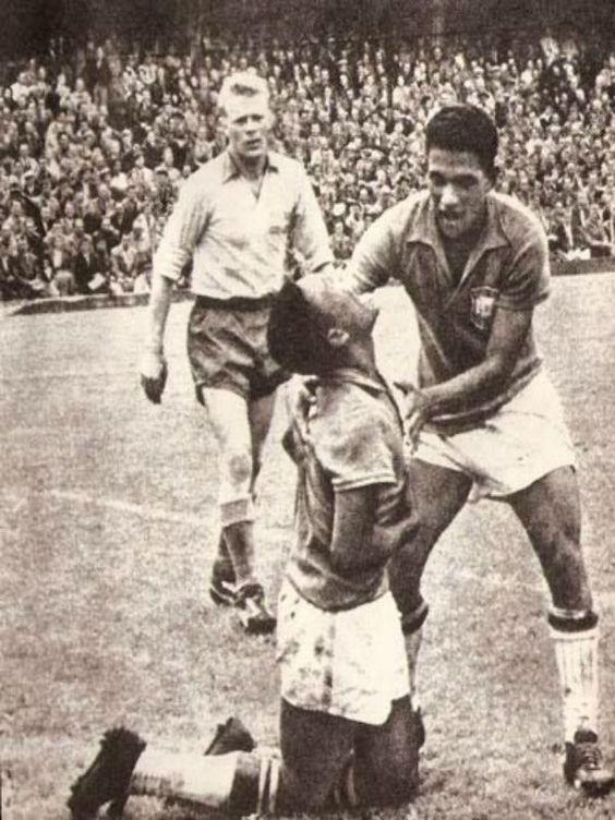 1958, no Estádio Rasunda, em Estocolmo, Suécia. Garrincha ampara Pelé no choro após o quinto gol contra a Suécia na final da copa de 1958
