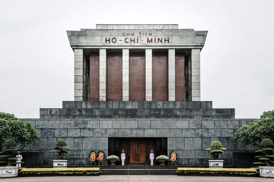 Hanoi one day tour: sightseeing in Ho Chi Minh Mausoleum