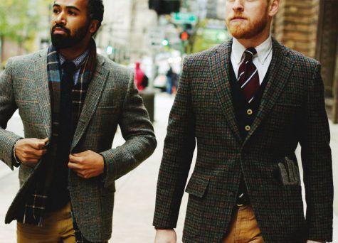 Một tips cho các chàng trai là nếu bạn muốn trông phóng khoáng hơn thì không cần phải đóng hàng khuy giữa của áo Blazer đâu nhé !
