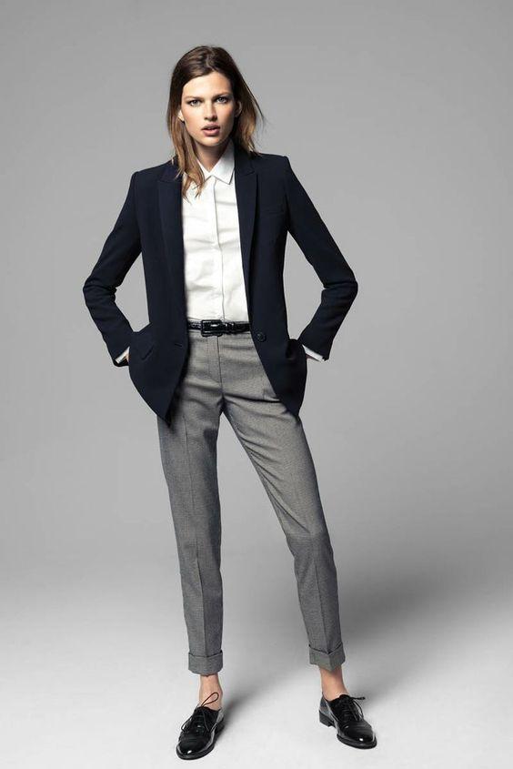 Acheter la tenue sur Lookastic: https://lookastic.fr/mode-femme/tenues/blazer-chemise-de-ville-pantalon-de-costume-chaussures-richelieu-ceinture/5614 — Chemise de ville blanche — Blazer noir — Ceinture en cuir noire — Pantalon de costume gris — Chaussures richelieu en cuir noires