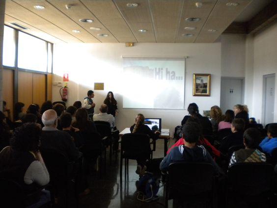 Alumnes conferenciants  a la sala de PLENS municipal.