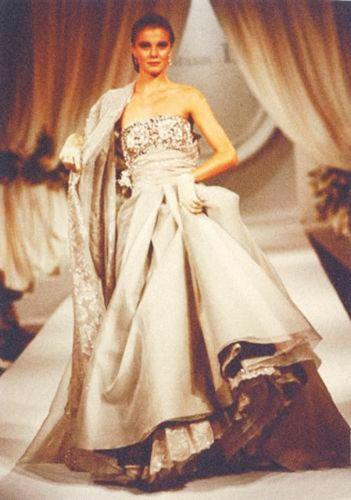 ChristianDior Haute Couture par Gianfranco Ferré, automne-hiver1989-1990. Photo défilé © DR
