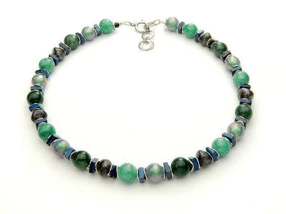 Zierliche Halskette in grün/blau/silber  Winterblauer Ozean. Dunkelgrüne Moosachate, Quarz-Perlen, facettierte Acrylatperlen und Lapislazuliquadrate gespickt mit versilberten Metallscheiben. Länge: 46 cm   http://www.langani.de/de/kollektion-de/2015herbst-winter/category/174-winterblau.html #langani #necklace #designschmuck #jewelry