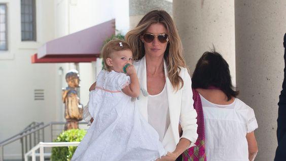 mar.2014 - Gisele Bundchen usa calça estampada e blazer branco no ...
