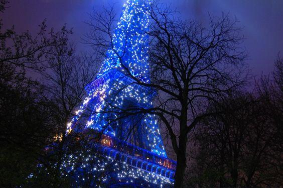 Torre Eiffel azul.
