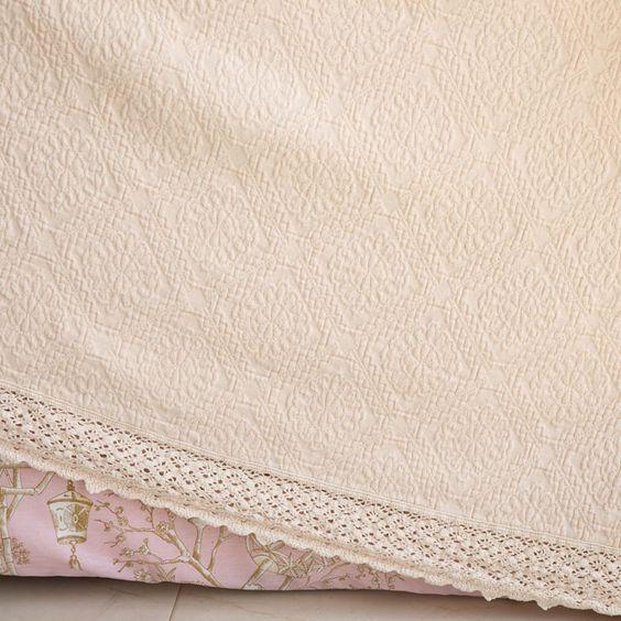 Tagesdecke und Kissenbezug aus Baumwolle mit Rautenmuster, Spitzenkante und…