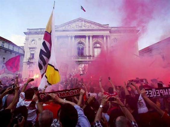 :.: Campeões recebidos em apoteose na Câmara de Lisboa - Benfica - Jornal Record :.:
